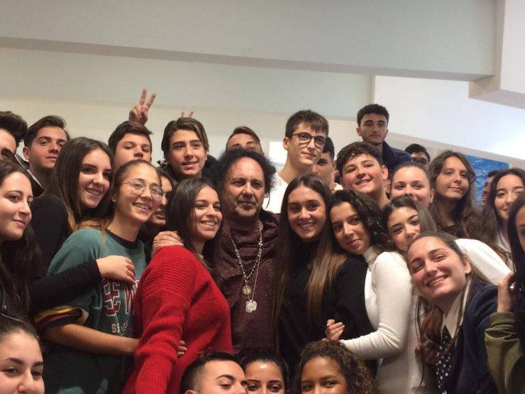 Enzo Avitabile con gli studenti dellIpseoa Rossini